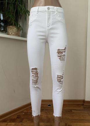 Белые джинсы скини с потёртостями