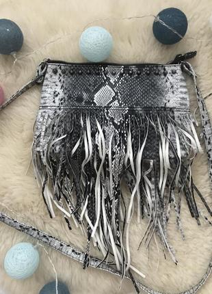Очень крутая сумка с бахромой в змеиный принт