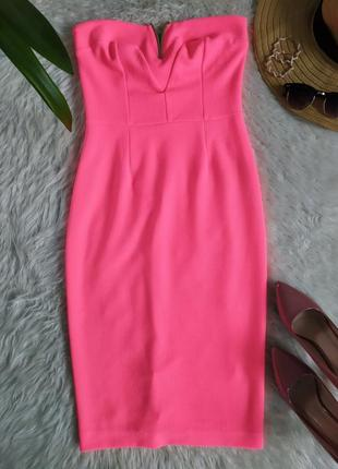 Стильное неоновое розовое платье бандо без бретелек длины миди