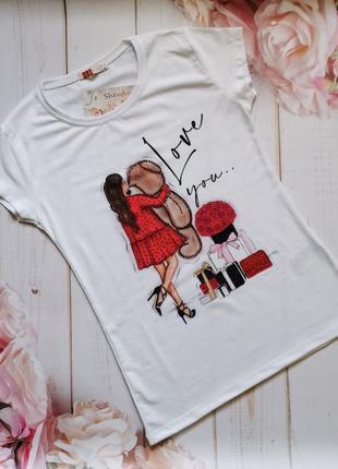 Стильная женская футболка с принтом и стразами