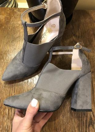 Стильні туфлі на стійкому каблучку.
