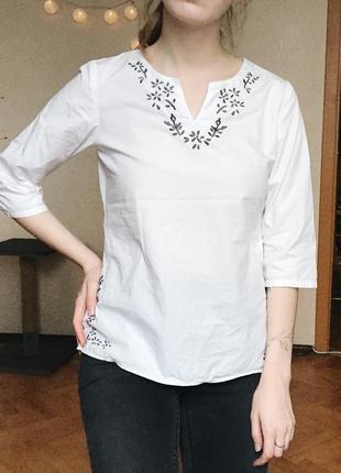 Белая блуза с красивой машинной вышивкой