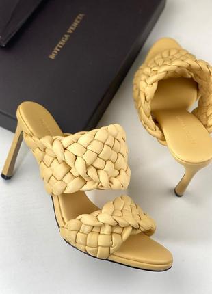 Шлепанцы сабо кожаные женские на каблуке жёлтые плетение брендовые
