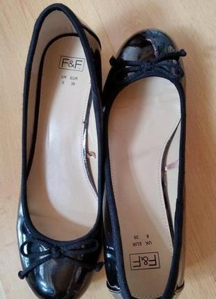 Черные лаковые туфли - балетки на небольшом каблуке