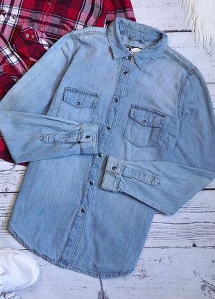 Синяя джинсовая рубашка на кнопках
