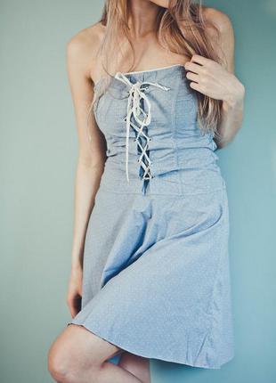 Голубеньке плаття в маленький горошок