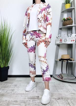 Джинсовый костюм брюки кроп пиджак в цветы джинсы just cavalli