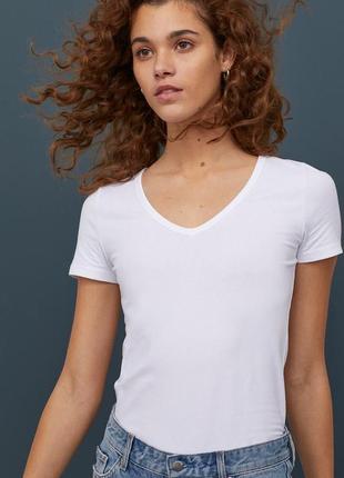 H&m. товар из англии. белая футболка с вырезом декольте.