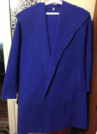Ярко-синее стильное пальто-халат