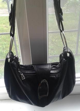 Черная кожаная сумка в стиле хобо.