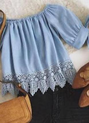 Нежно голубая блузка с кружевом, банты