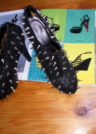 Эффектные ботинки ботильоны на высоком каблуке и скрытой платформе с металлическими шипами