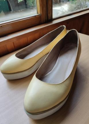 Светло-жёлтые туфли