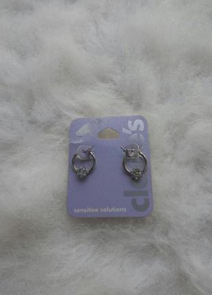 Серебристые круглые маленькие сережки с камнями стразами цветочком средние блестящие