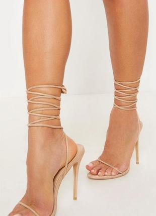Нежные босоножки на каблуке с шнуровкой prettylittlething