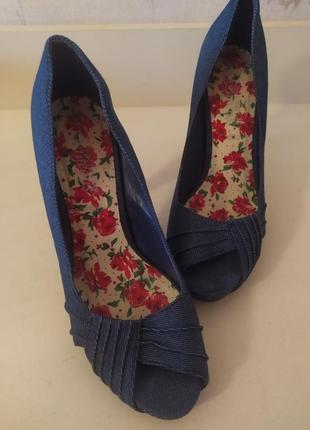 Стильные джинсовые туфли с открытым носком,на платформе