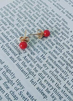 Серьги-гвоздики с красным камушком