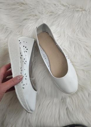Кожаные кроссовки мокасины чешки белые перфорированные