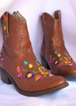 Стильные ботинки с вышивкой