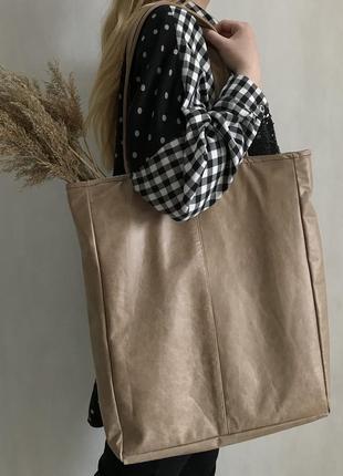 Большая стильная сумка шоппер из натуральной кожи бежевого глянцевого цвета