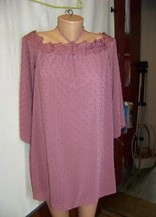 Нежное платье со спущенными плечами и кружевом в оттенке пепел розы