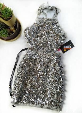 Нереально красивое платье украшено пайетками с открытой спиной от prettylittlething