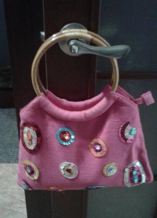 Ярко-розовая летняя сумка с пайетками из льняной ткани.