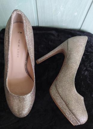 Сияющие нарядные туфельки на платформе и высоком каблуке5 фото