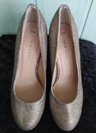 Сияющие нарядные туфельки на платформе и высоком каблуке6 фото