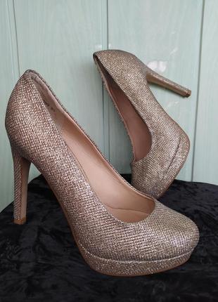 Сияющие нарядные туфельки на платформе и высоком каблуке7 фото