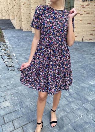 Цветочное летнее платье с сочным принтом