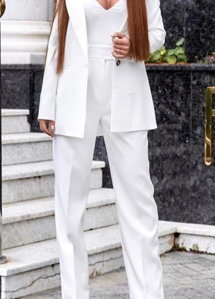 Белый брючный костюм тройка с брюками трубами