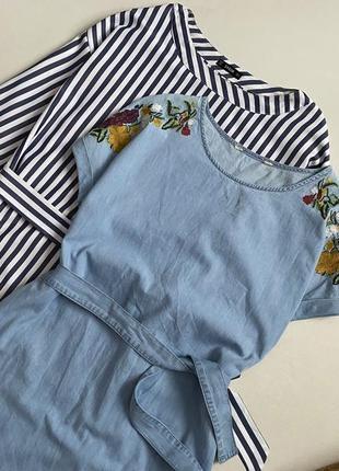 Стильное джинсовое платье с вышивкой и поясом3 фото