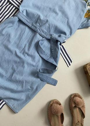 Стильное джинсовое платье с вышивкой и поясом4 фото
