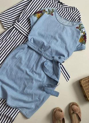 Стильное джинсовое платье с вышивкой и поясом7 фото