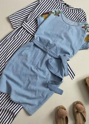Стильное джинсовое платье с вышивкой и поясом2 фото