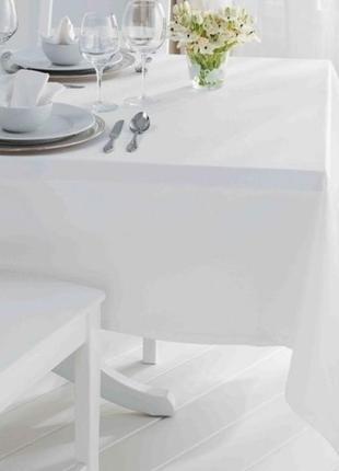 Белая красивая нарядная скатерть на стол