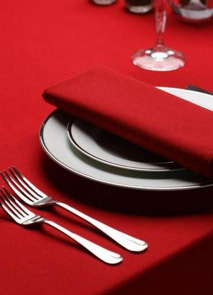 Красивая нарядная красная скатерть на стол