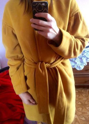 Горчичное пальто