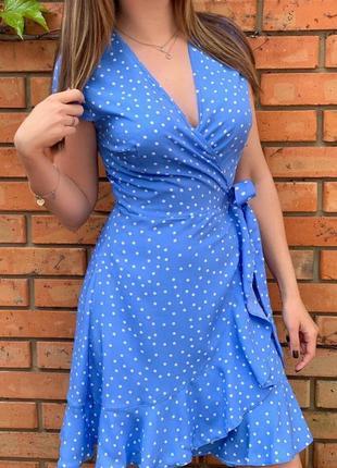 Платье на запах в горох голубое