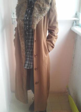 Классное длинное пальто коричневого цвета с меховым воротником сезон осень