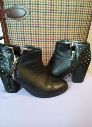 Фирменные ботинки,широкий каблук