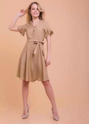 Бежевое платье на пуговицах с пояском