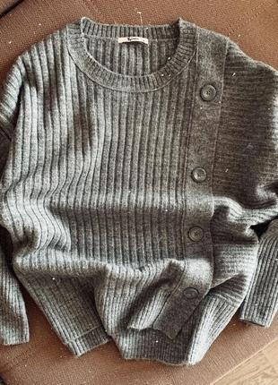 Серый свитер с пуговицами tu