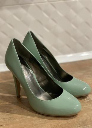 Туфли лодочки лаковые  мятного оттенка на каблуке кожаные1 фото