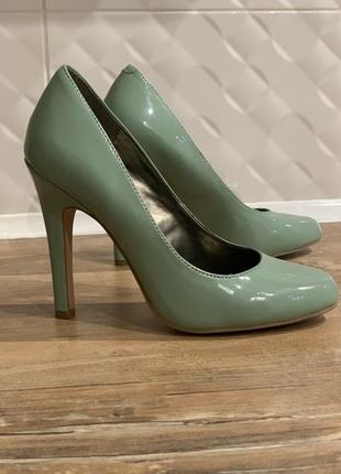 Туфли лодочки лаковые  мятного оттенка на каблуке кожаные6 фото