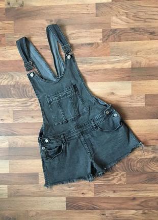 Серый джинсовый комбинезон