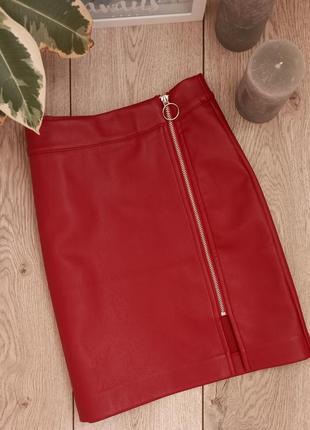 Яркая красная юбка с еко кожи на замке1 фото