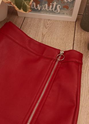 Яркая красная юбка с еко кожи на замке3 фото