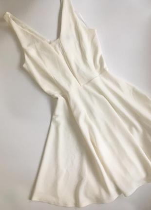 Красивое белое платье с аккуратным декольте от new look